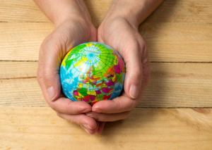Erdkugel oder Welt mit Händen