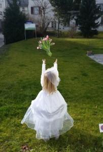 Mit Strauß: eine Braut!