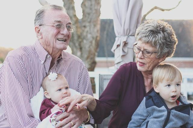 sparen für die enkel: immer mehr großeltern unterstützen finanziell